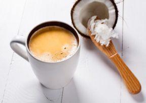 コーヒーが注がれたマグカップとココナッツ果肉