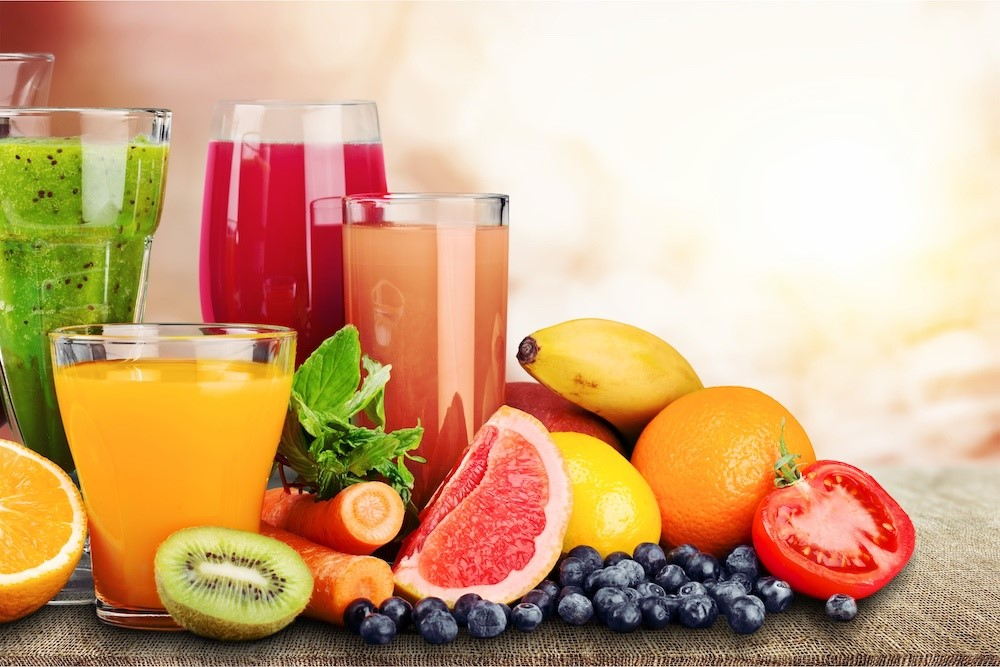 様々な種類の果汁ジュース