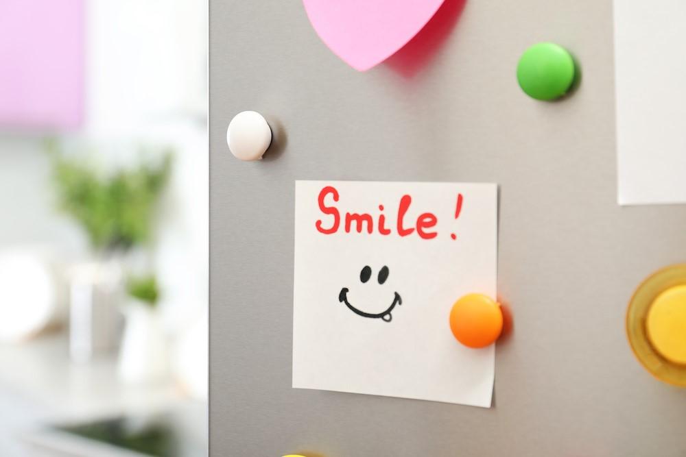 Smile!と笑顔のマークが書かれたメモ