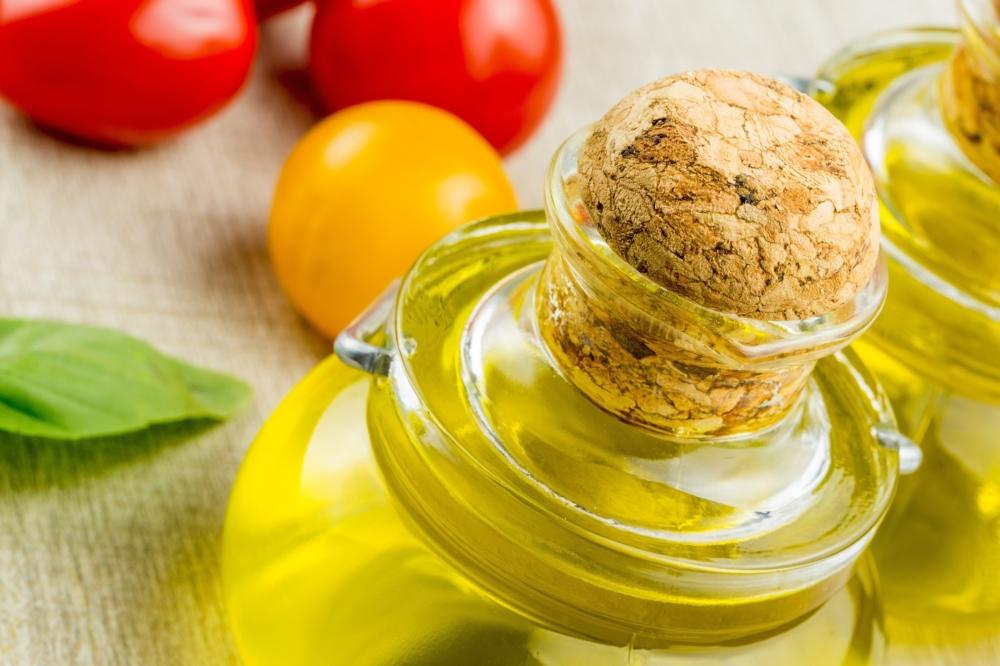 アマニ油が入った瓶とトマト