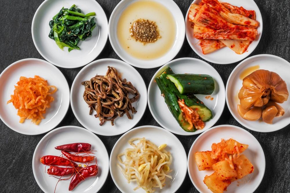 様々な食材のナムルやキムチ、唐辛子