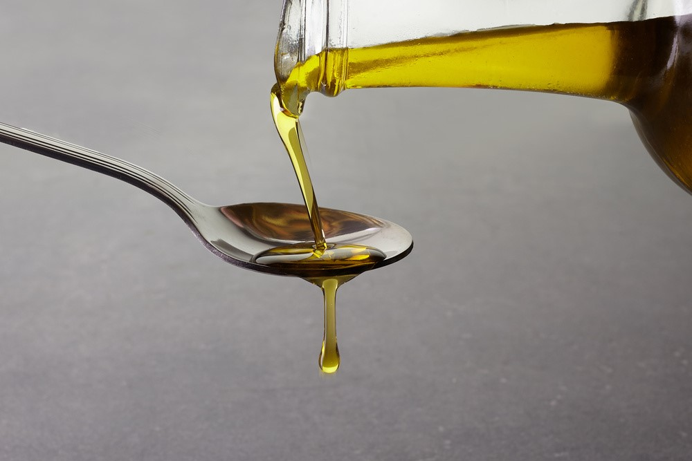 スプーンに注がれているサラダ油
