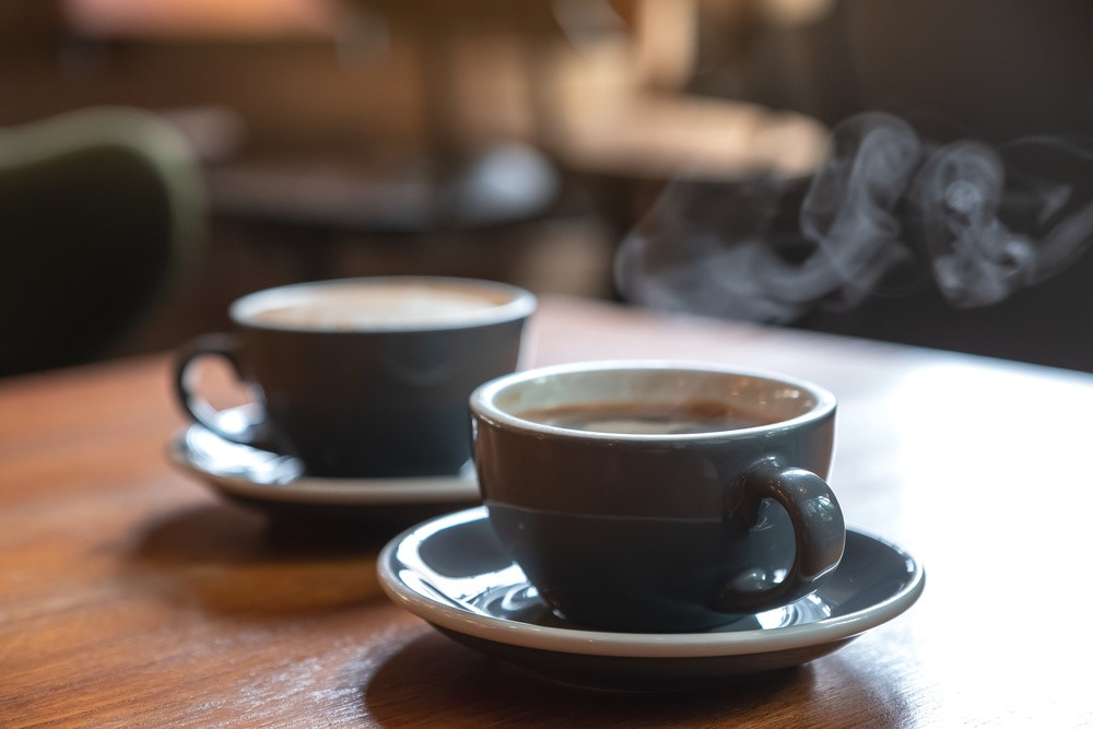 コーヒーが注がれた2つのコーヒーカップ
