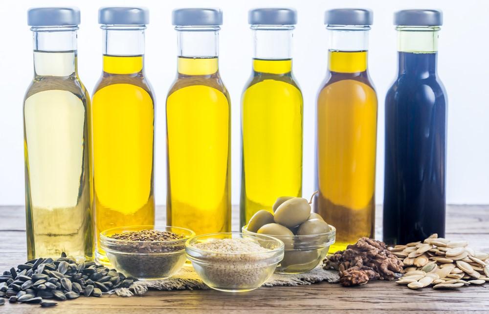 オイルの瓶とオリーブなどそれぞれの原料