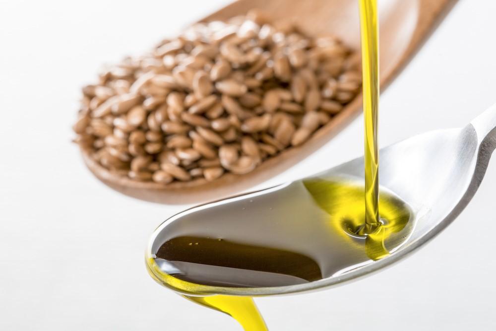 スプーンに注がれるアマニ油