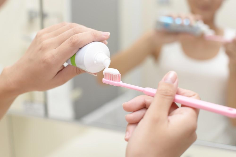 歯ブラシに歯磨きを塗っている