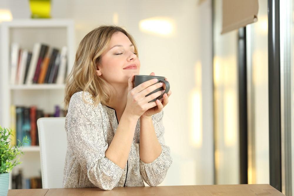 マグカップを持っている女性