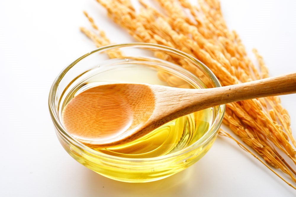 稲とお皿に入った油