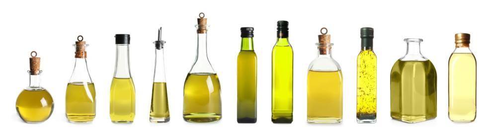 様々な形のオイルが入った瓶が並んでいる