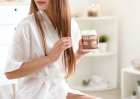 ココナッツオイルを髪に塗っている女性