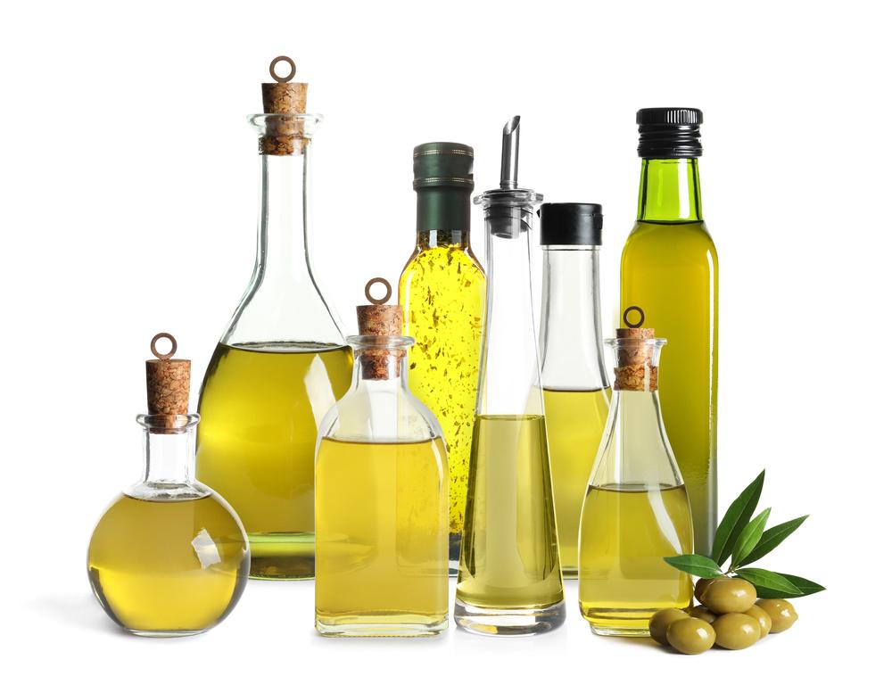 様々な形の植物油の入った瓶