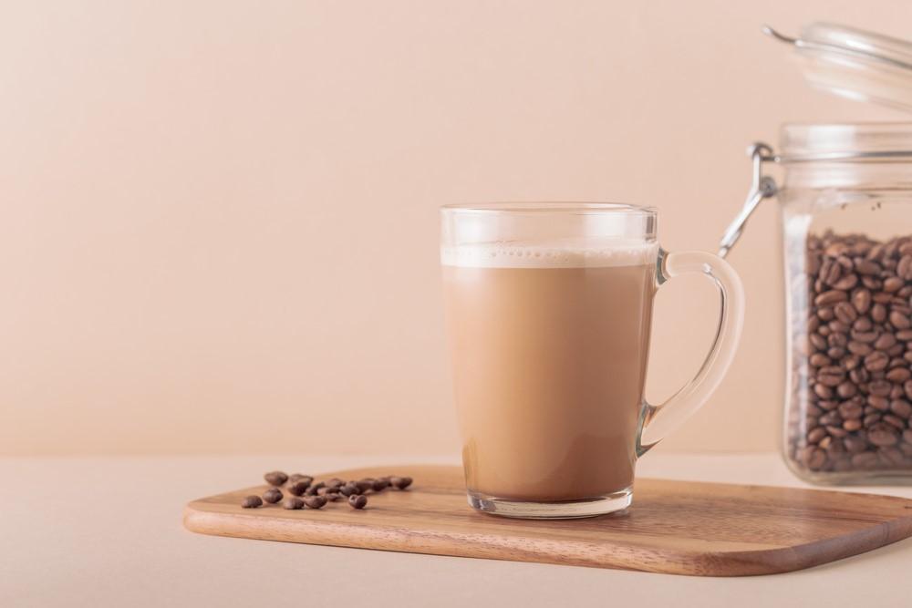 コーヒー豆とコーヒーが入ったカップ