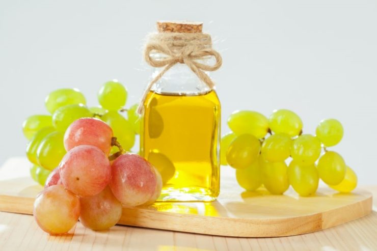 ブドウの実とグレープシードオイル