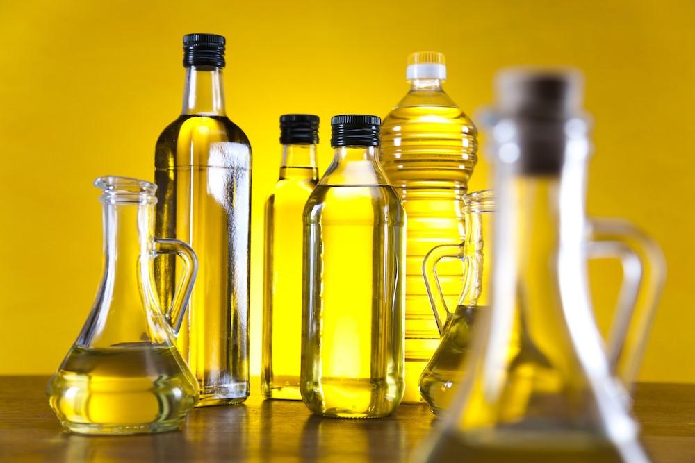 油の入った様々な形の瓶