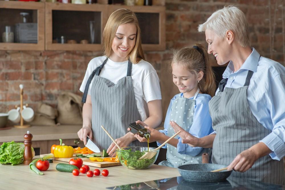 オリーブオイルを使って調理する家族