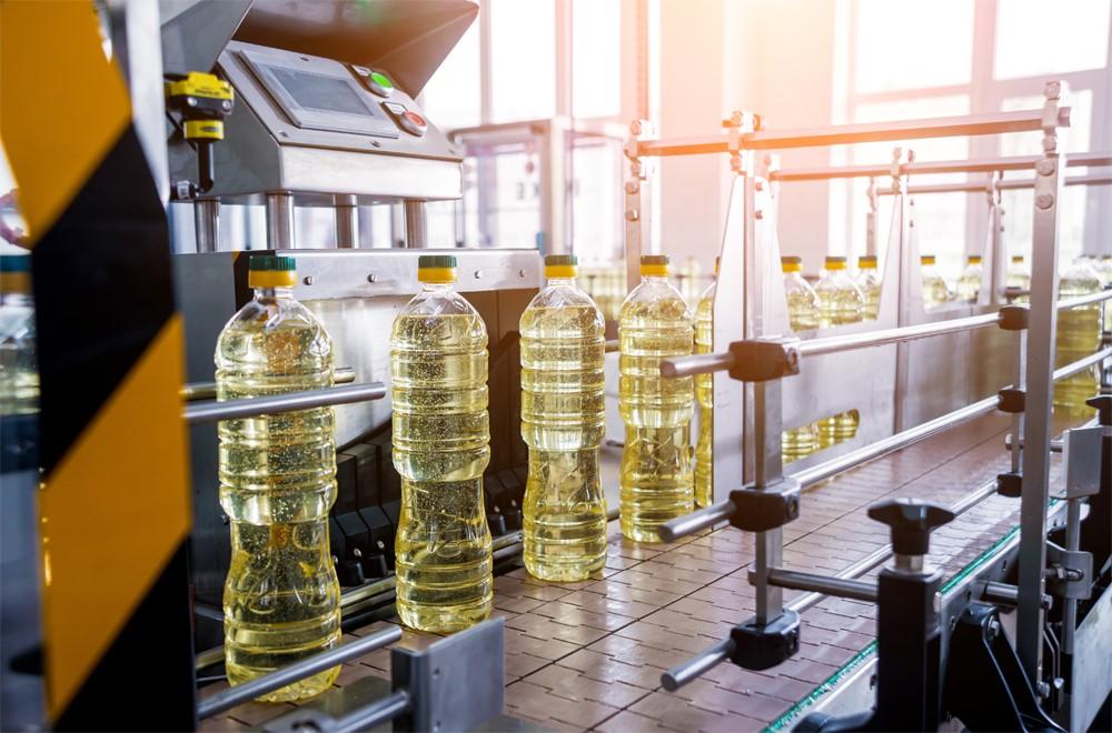 工場のレーンを流れる菜種油