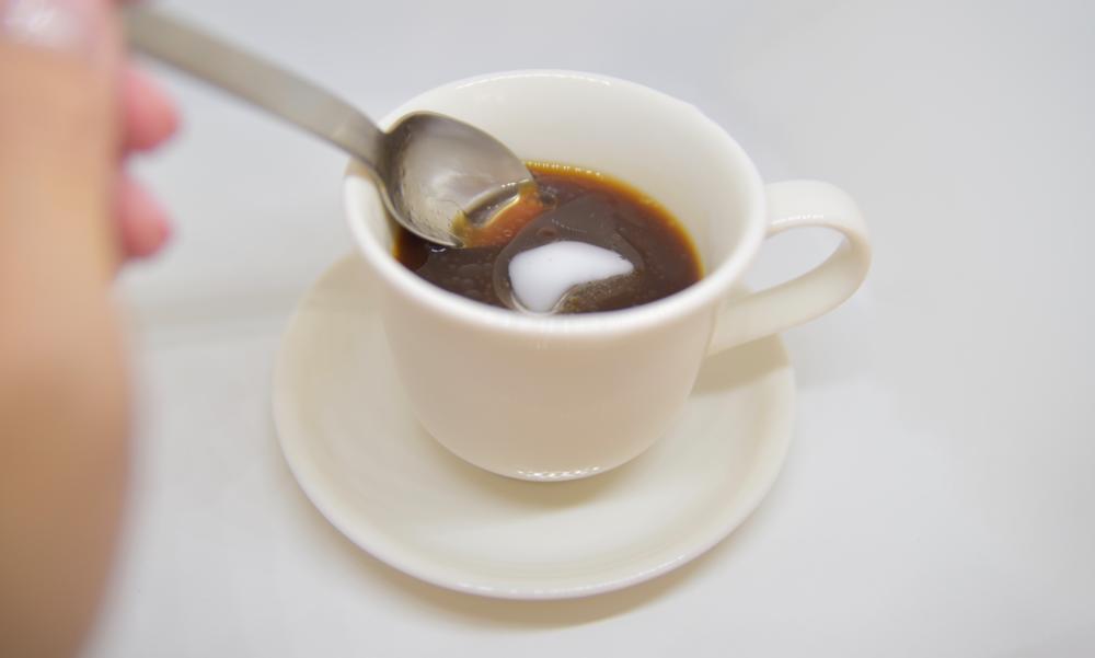 コーヒーにココナッツオイルを入れている