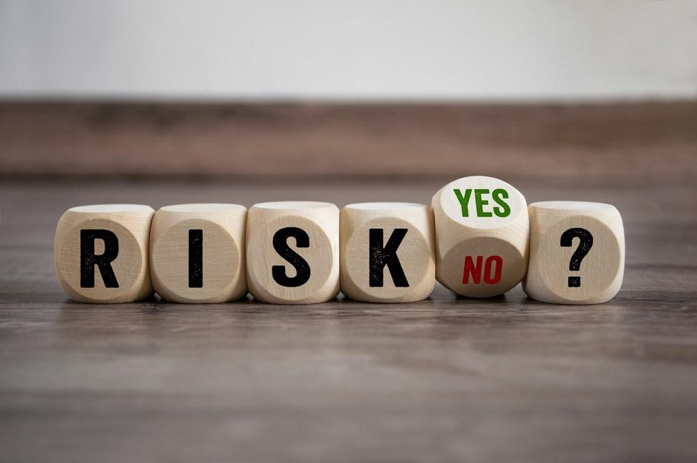 RISK、YES、NO?と書かれた木のサイコロ