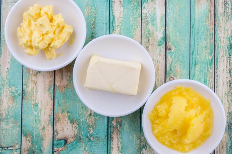 小皿に盛られたバターとマーガリン
