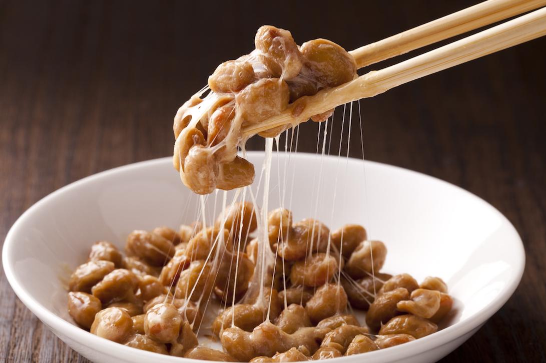 箸で掬われている納豆