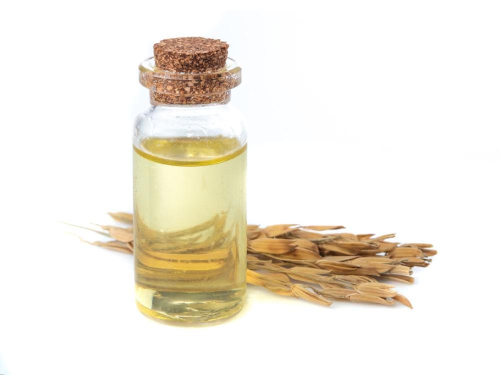 稲と瓶に入った米油