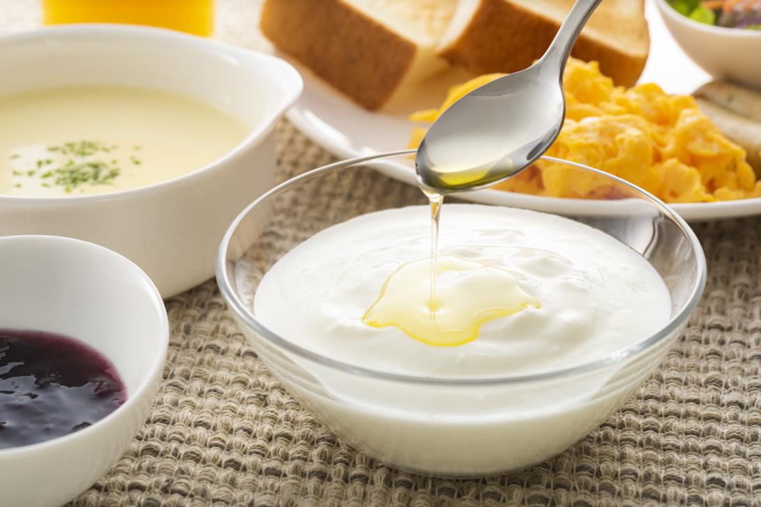 朝食のヨーグルトに注がれているえごま油