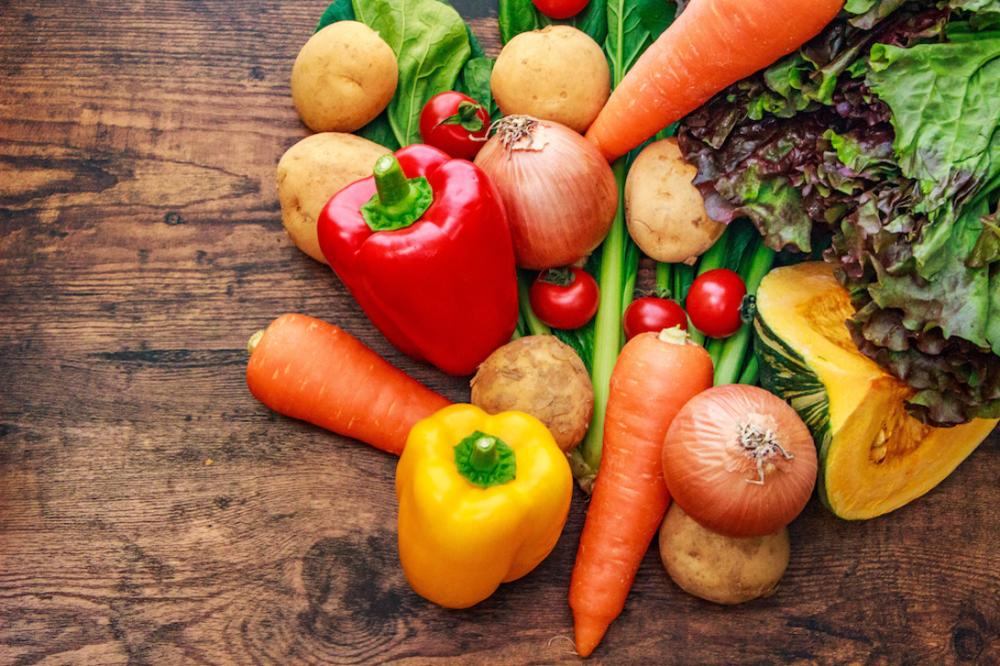 パプリカ、人参、レタス、かぼちゃなどの野菜が並んでいる