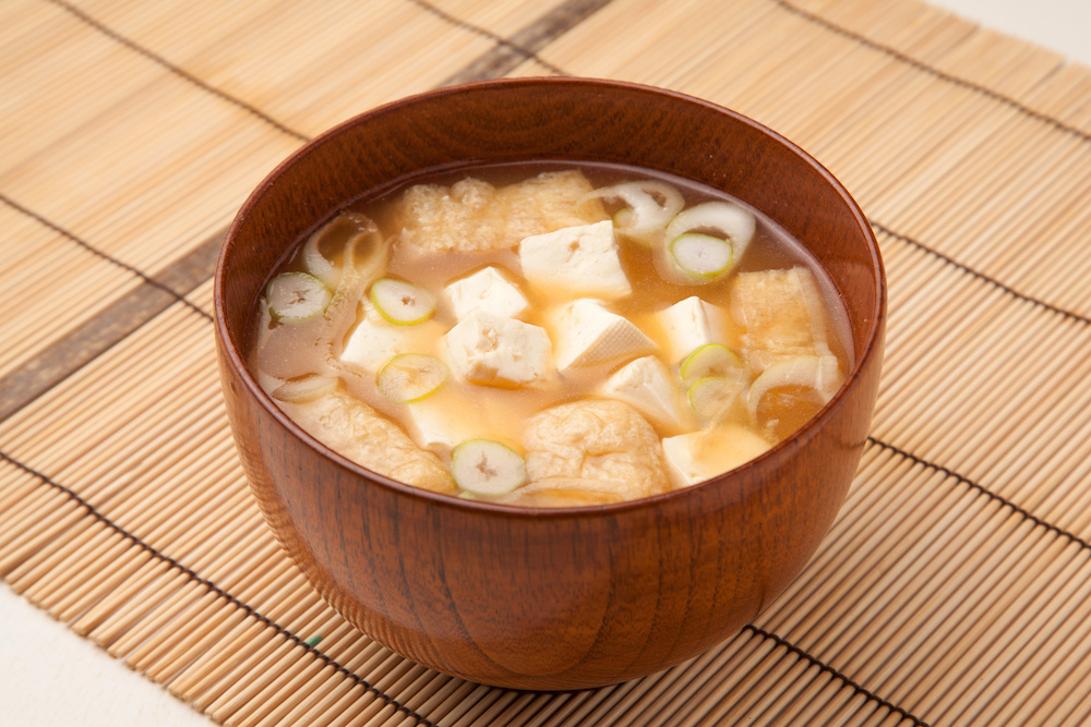 お椀に入った豆腐と油揚げのお味噌汁