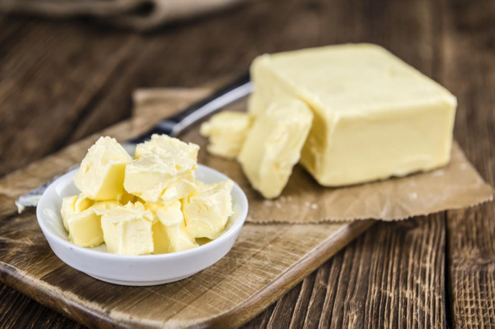 バターの塊と小さく切り分けられたバター