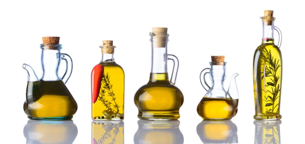 瓶に入った様々な種類の油