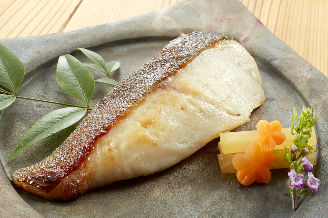 お皿に盛られた焼き魚