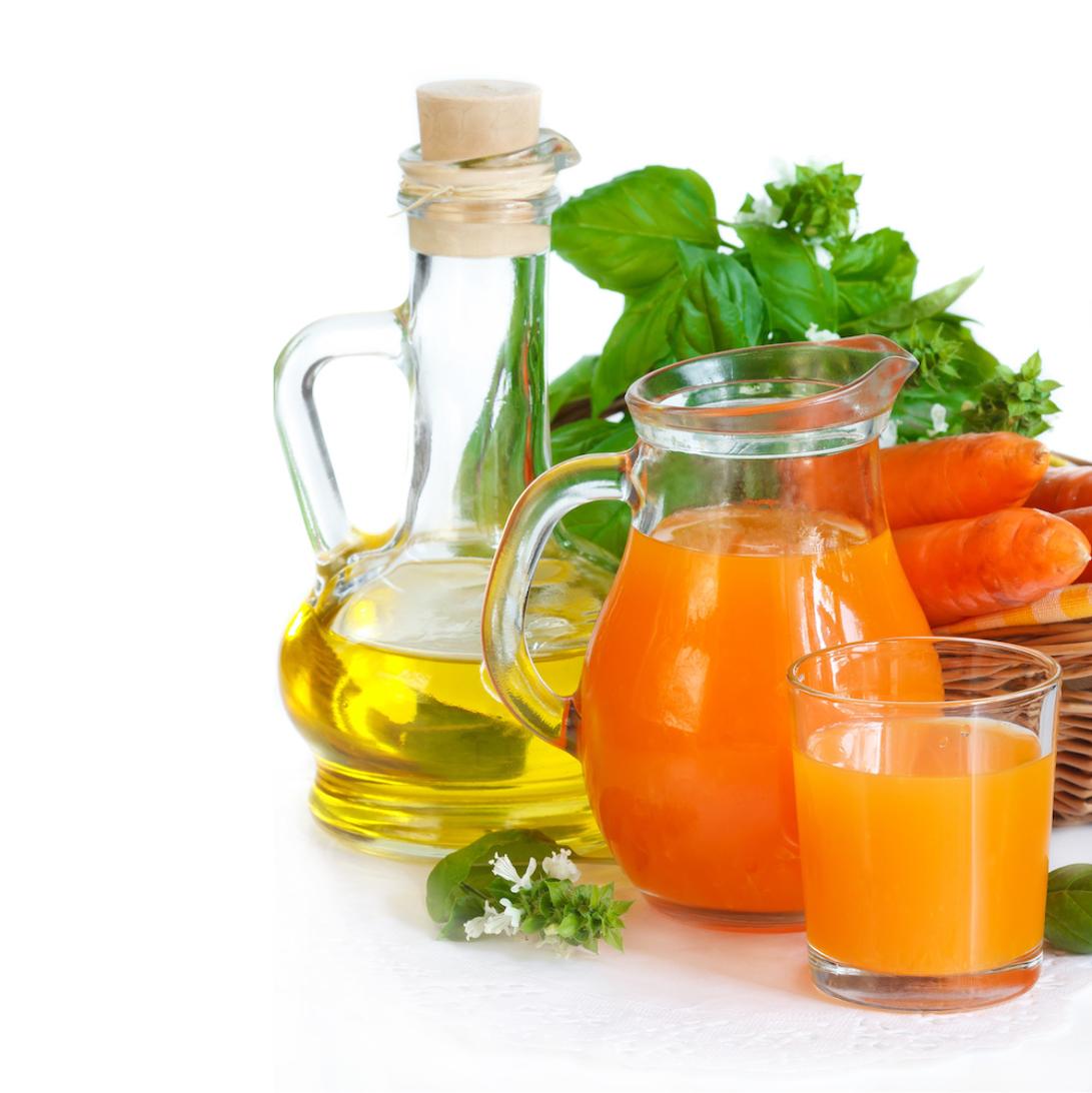 瓶に入ったえごま油と野菜ジュース