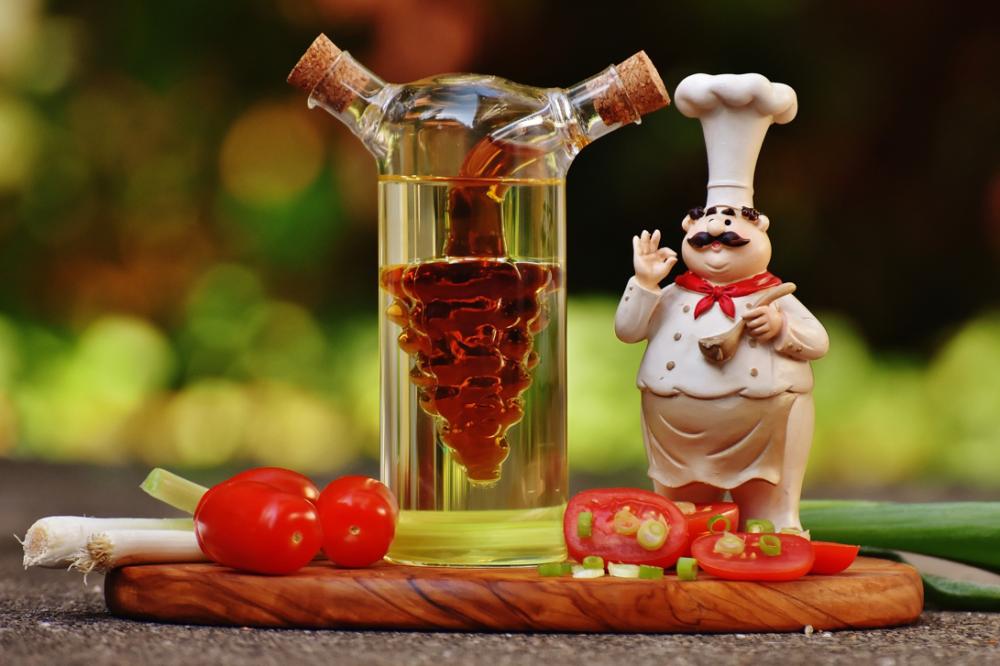 まな板の上にあるお酢と野菜