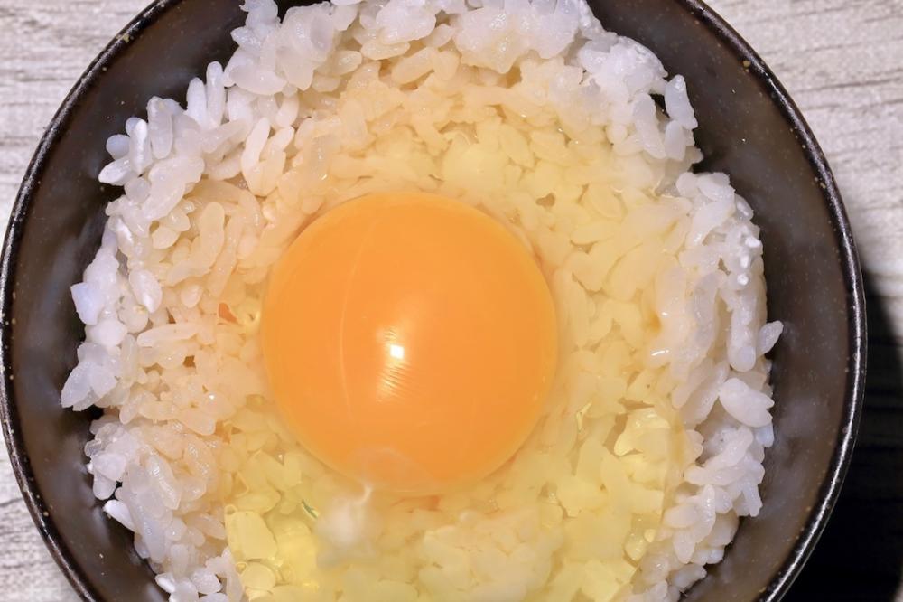 お茶碗に入った卵かけご飯