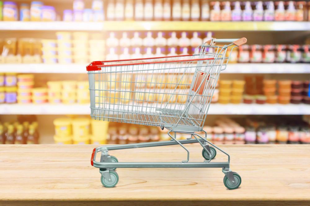 食品売り場に置かれているショッピングカート
