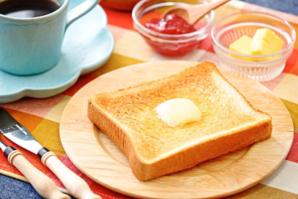 マーガリンが塗られた食パン