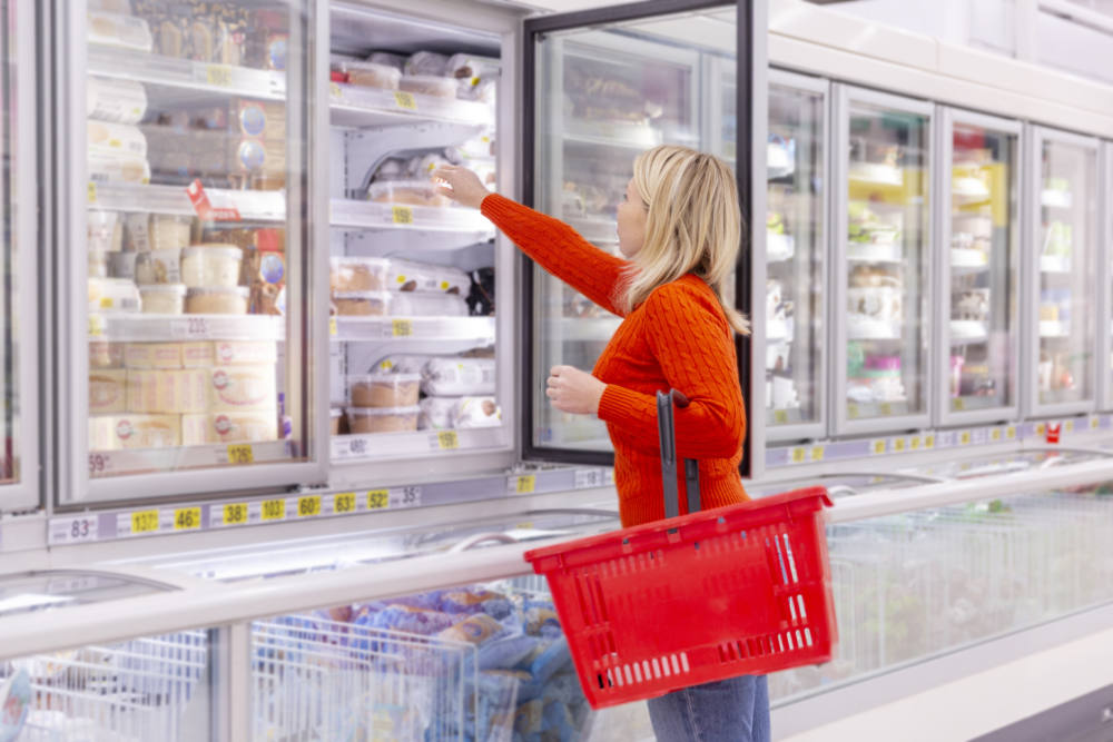 冷凍食品を買う女性
