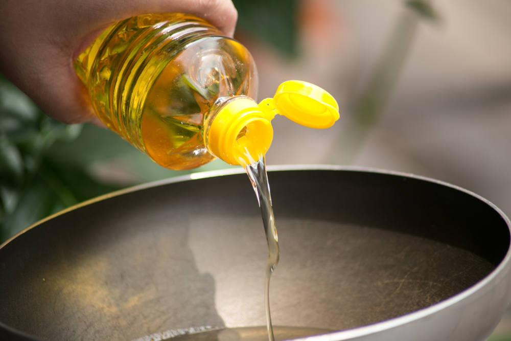 ごま油をフライパンに注ぐ