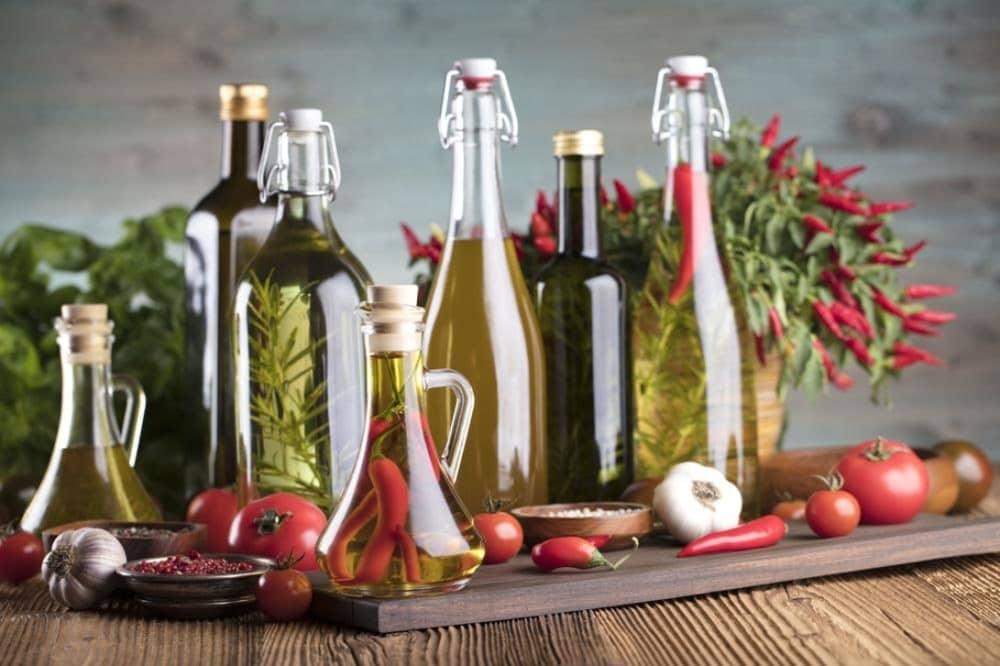 様々な瓶に入った油