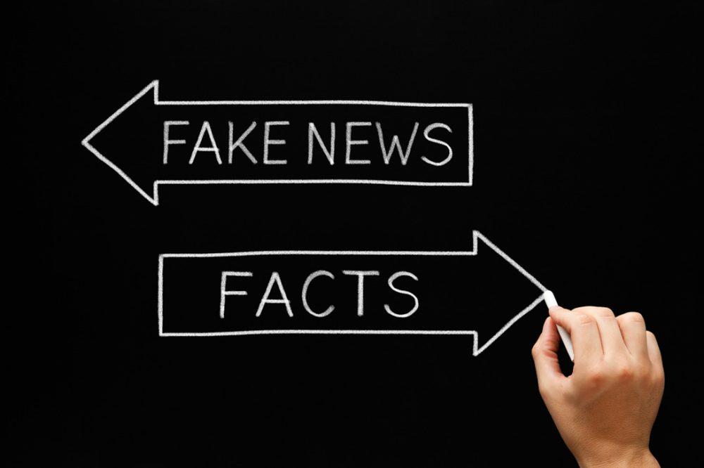 FAKE NEWS、FACTSとかかれた矢印