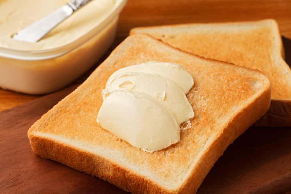マーガリンを塗ったトースト