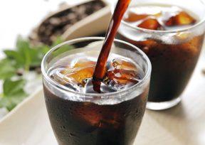 グラスに注がれるアイスコーヒー
