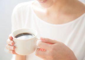カフェインレスコーヒーを飲む女性